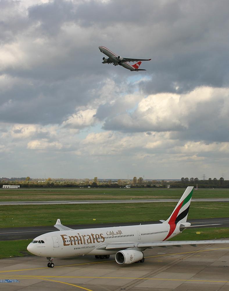 Airbus A330-200 Emirates...