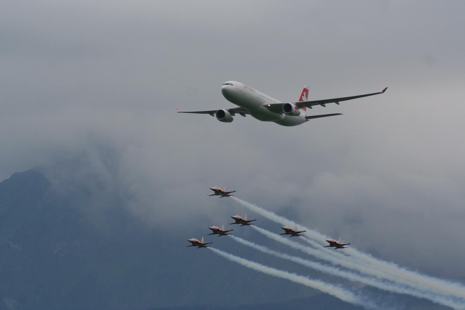 Airbus A330-300 mit Begleitung der Patrouille Suisse