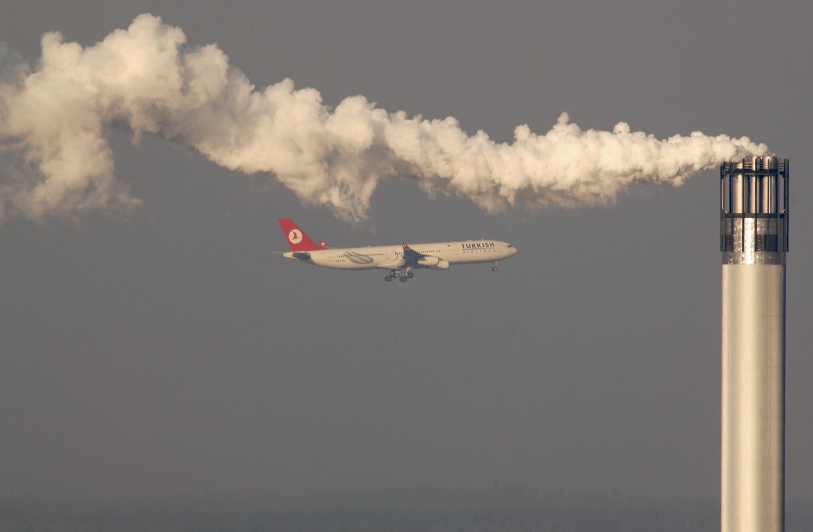 Airbus A340-313X (A343)  Anflug im Dunst der Großstadt