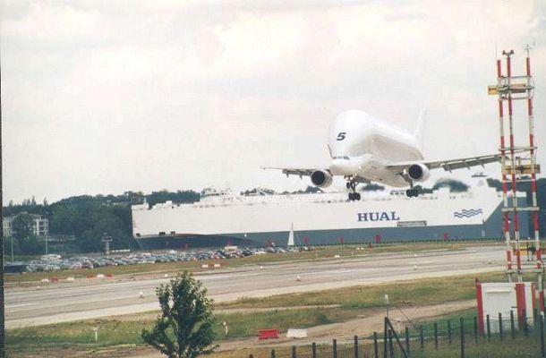 "Airbus-Frachtflugzeug ""BELUGA"" im Anflug - Finkenwerder"