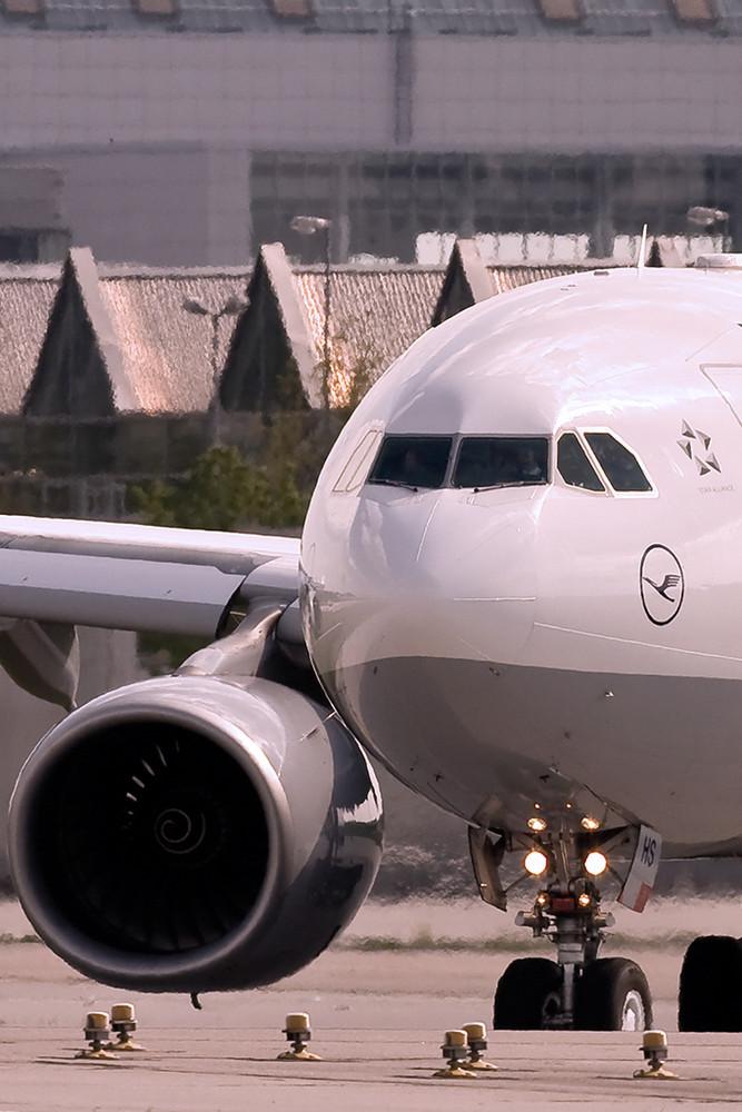 Airport MUC - Hold Short at RWY 8L
