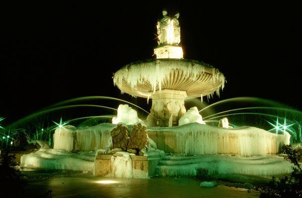 Aix en Provence ,la Rotonde , par une nuit glaciale..