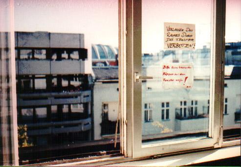 Akademischer Ratschlag im Hörsaal: Verlassen des Raumes durch das Fenster verboten!
