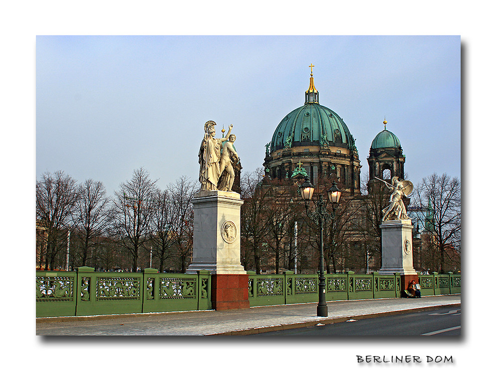 Akkordeonspielerin am Berliner Dom ...