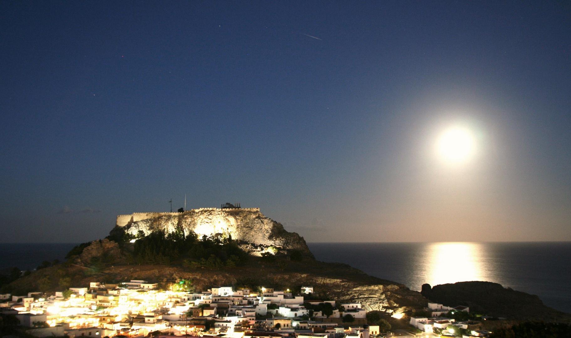 Akropolis von Lindos und Lindos bei Nacht