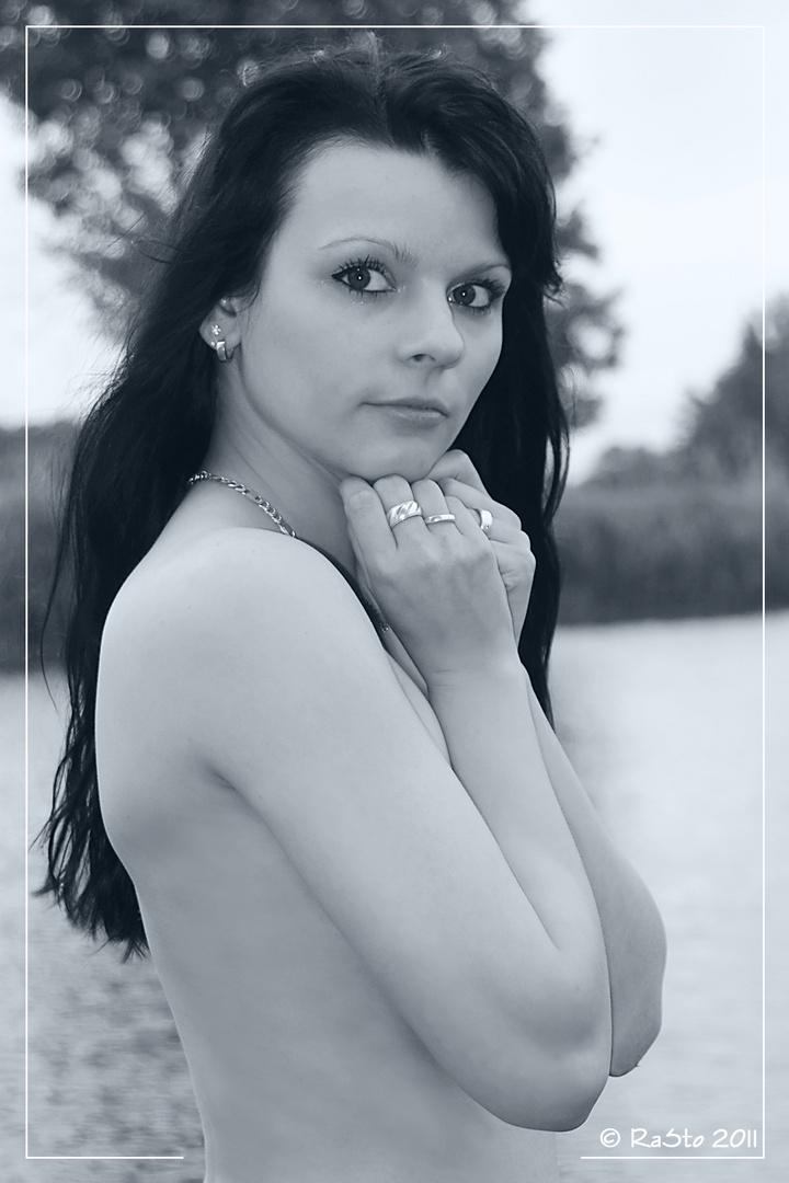 Aktporträt am Flußufer