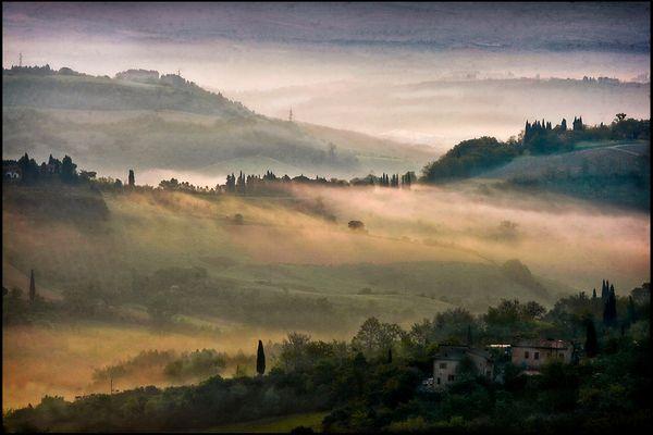 Alba sui colli di San Gimignano