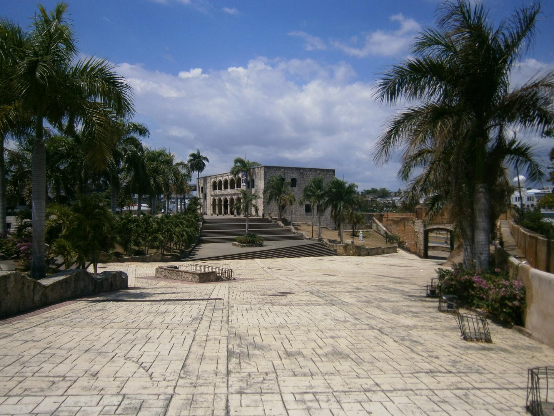 Alcazar de Colon und die erste befestigte Strasse in der Neuen Welt