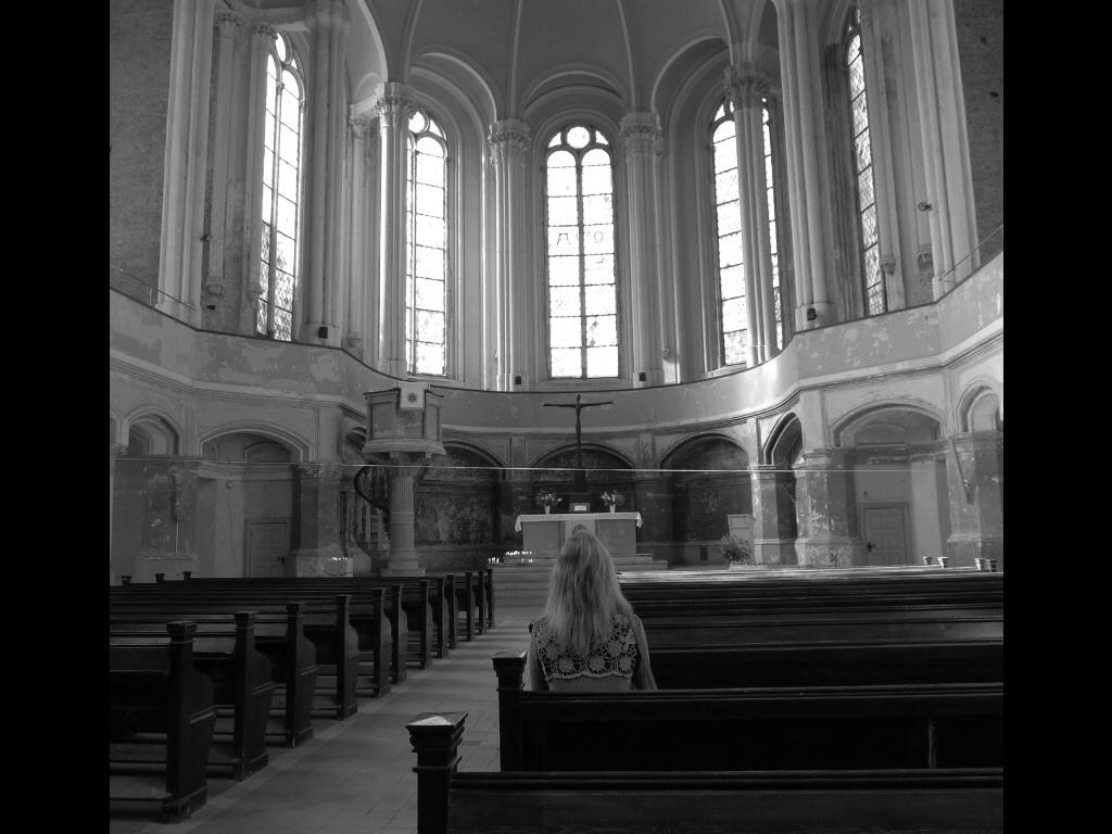Alein in der Kirche