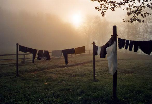 Aleine mit der Wäsche auf der Leine