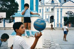 ©ALEX WEBB -MEXICO - 1985 - Tehuantepec-Children playing in a courtyard