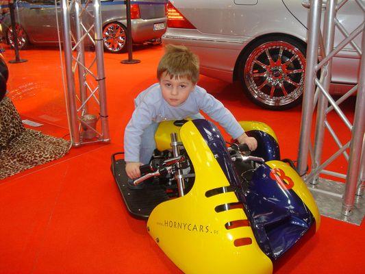 Alexander auf einem Mini-Motorrad