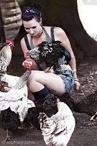 Alexandra mit ihren Hühnern...