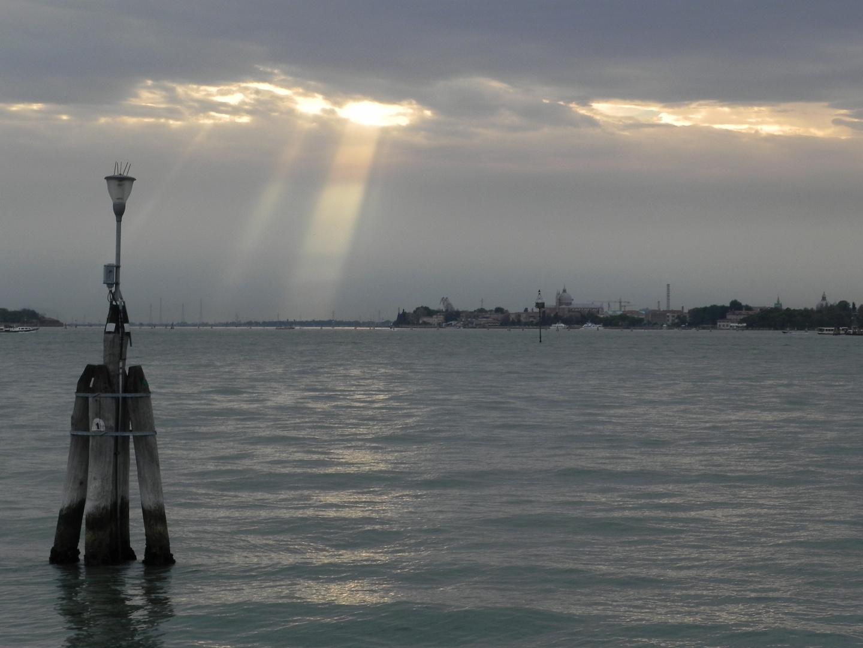 Alguien olvidó apagar las farolas en Venecia