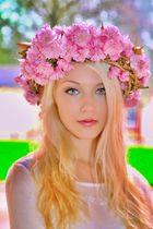 Alicia mit Blütenkranz