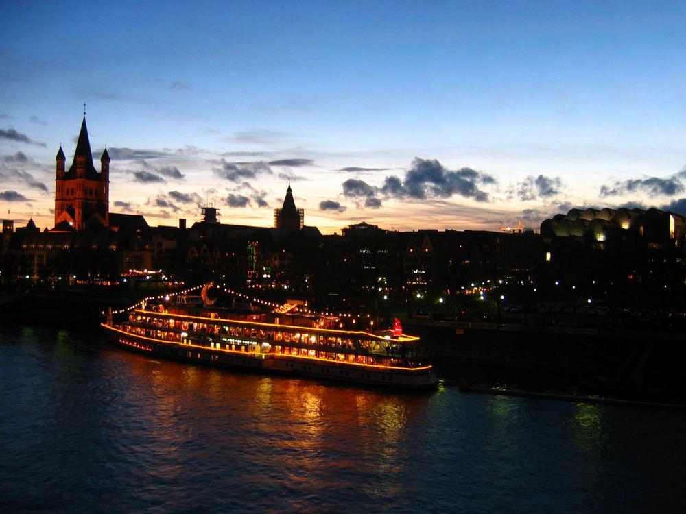 alle jahre wieder: die kölner altstadt mit dem Weihnachtsmarkt-Schiff