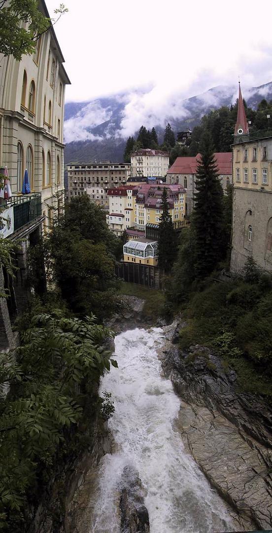 Alle wollen am Wasser wohnen. (Wasserfall in Badgastein) Blick nach unten.