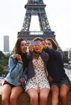 Alle wollen ein Foto vom Eifelturm - egal wie !