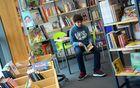 Allein in der Bibliothek