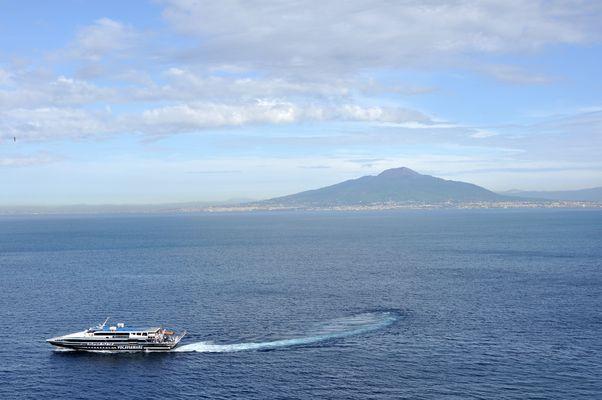 Alles Blau: Blick über den Golf von Neapel auf den Vesuv