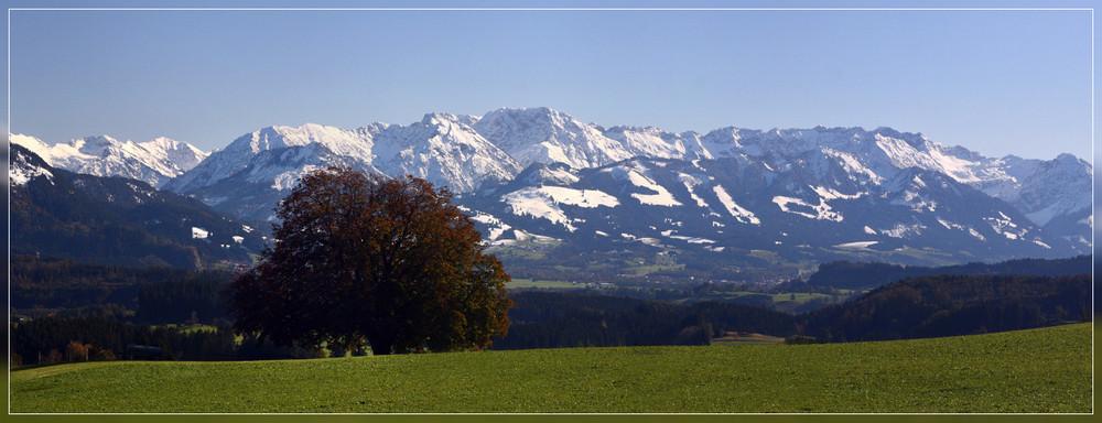 Allgäuer Berge II - unten grün oben weiß