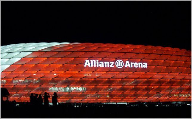Allianz-Arena bei Farbänderung von Weiß zu Rot