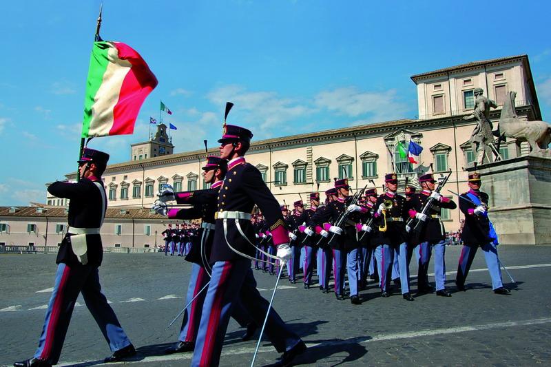 Allievi dell'Accademia Militare di Modena sfilano al Quirinale