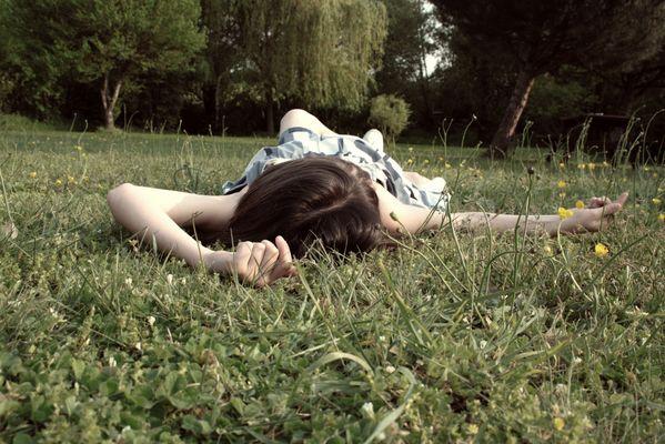 Allongé dans l'herbe