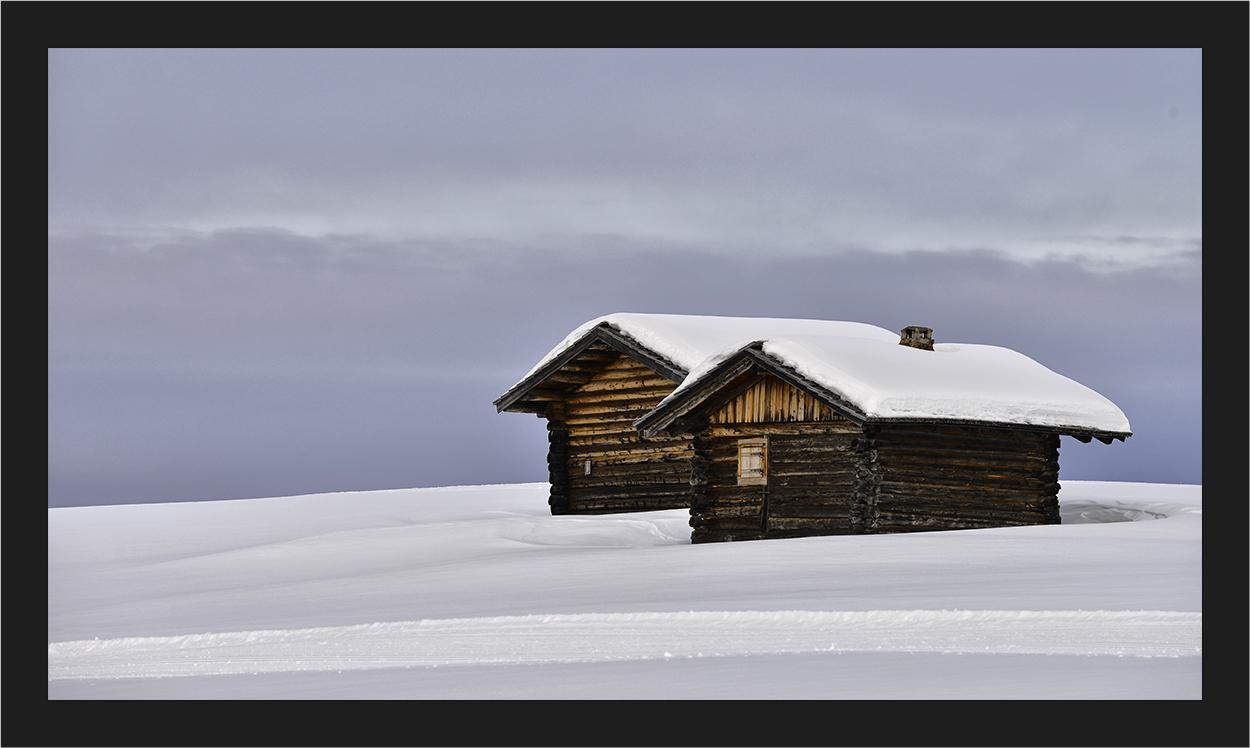 Alm Hütten im Schnee