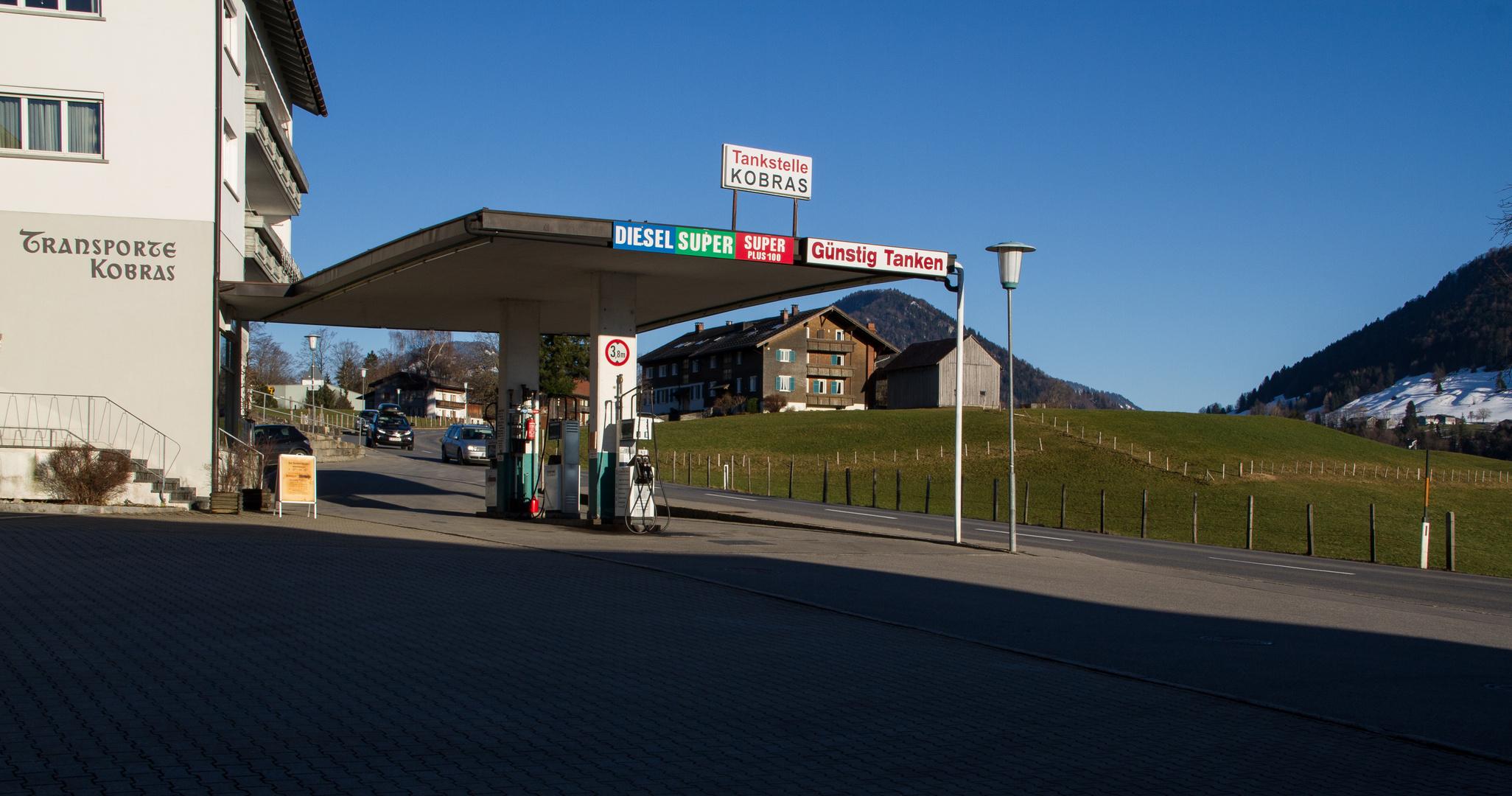 Alpenidyll mit Tankstelle