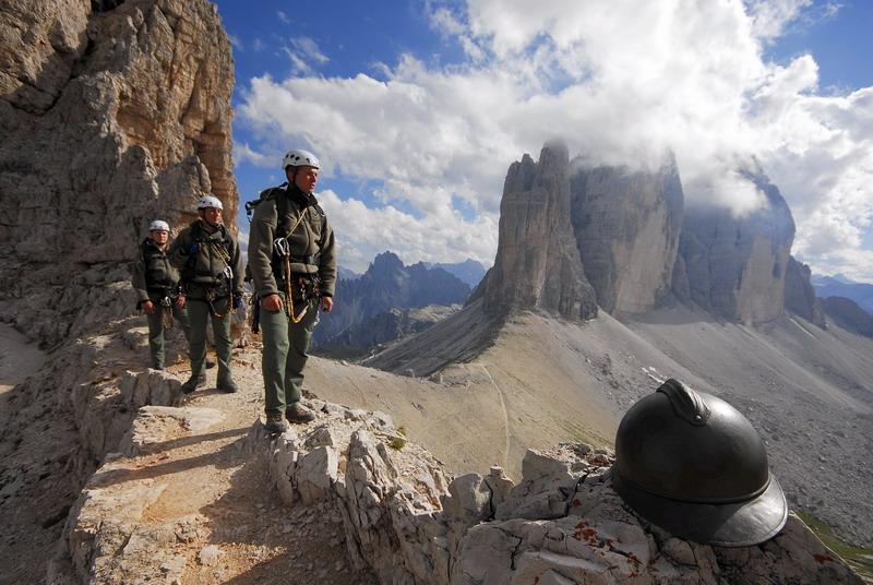 Alpini e Tre Cime di Lavaredo dai camminamenti del Monte Paterno