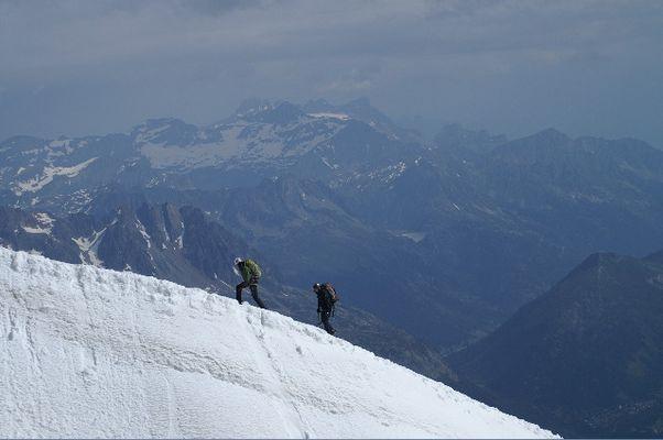 Alpinistes approchant de l'Aiguille du Midi