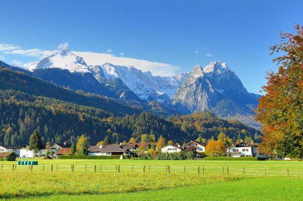 Alpspitze bis Zugspitze vom Olympia-Eis-Stadion in Garmisch-Partenkirchen