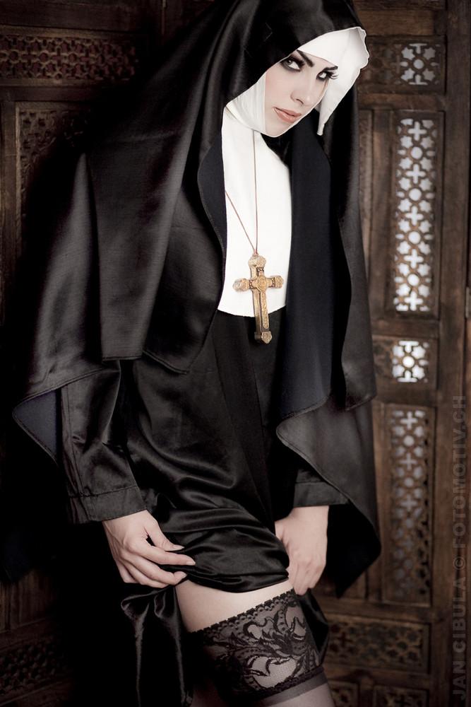 Als Nonne ;-)