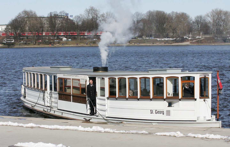 Alster-Dampfschiff mit S-Bahn