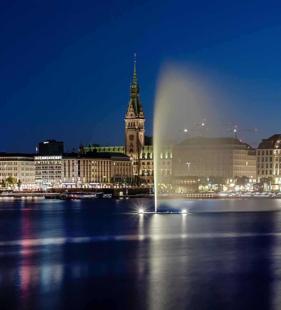 Alsterfontäne mit Rathaus im Hintergrund