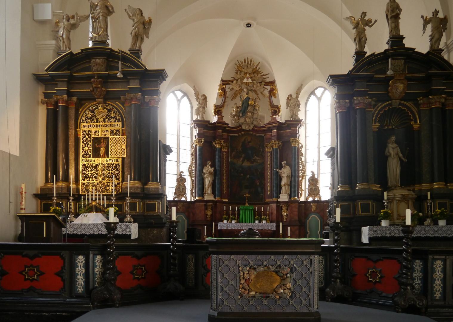 Altarraum in der alten Wallfahrskirche Neviges.