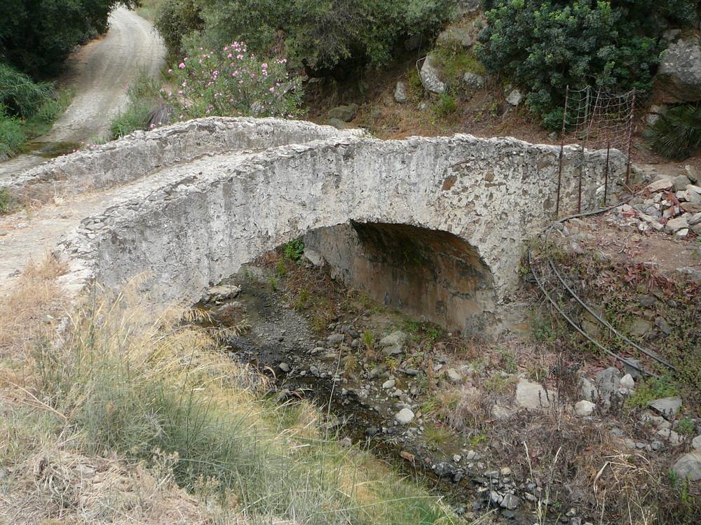 Alte Brücke im Hinterland von Ojen