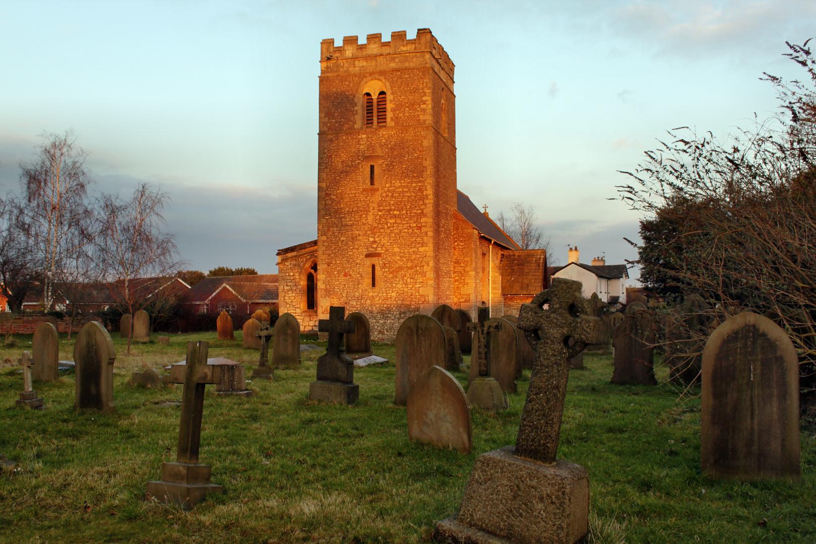 Alte Dorfkirche (in South-Yorkshire) in der Abenddämmerung