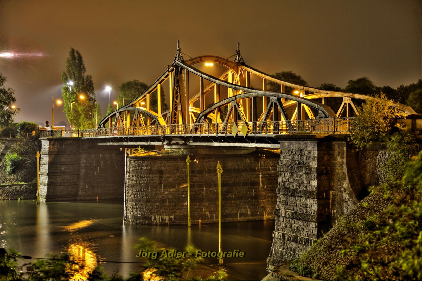 Alte Drehbrücke bei Nacht