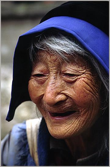 alte Frau der Naxi-Minderheit