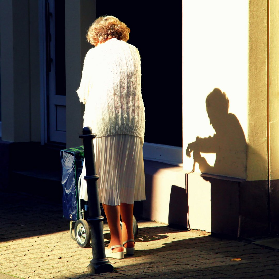 alte Frau im Scherenschnitt
