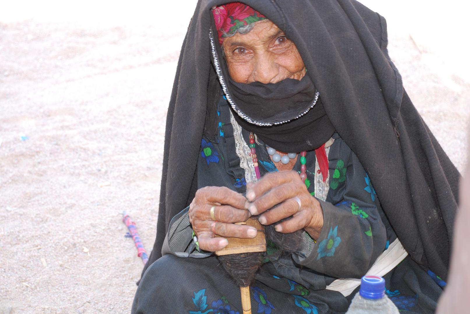 Alte Frau in der Wüste