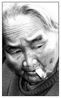 Alte Frau mit Joint - Hue Vietnam