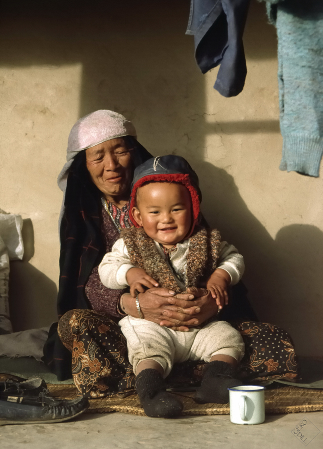 Alte Frau mit Kind