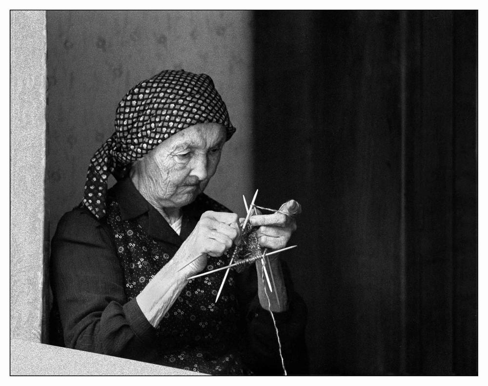 Alte Frau mit Strickarbeit