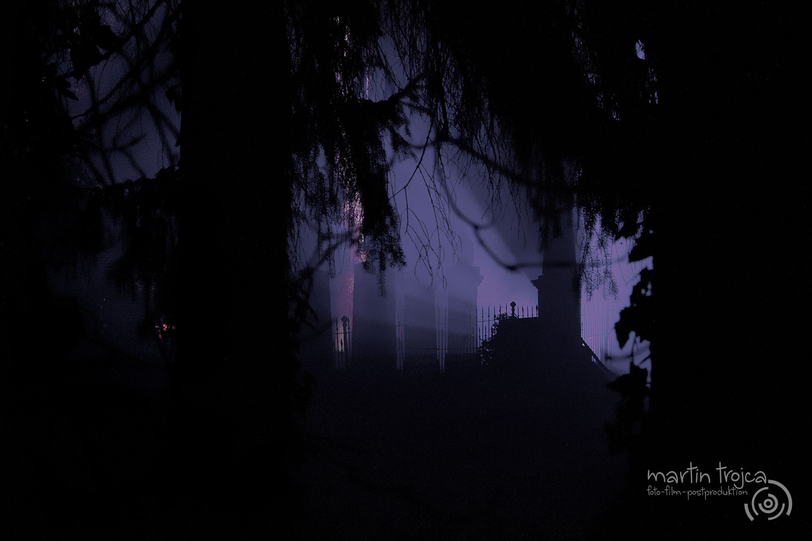 Alte Grabsteine auf einem Friedhof in der Nacht