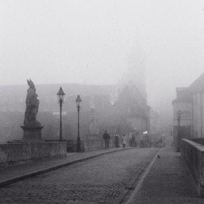 Alte Mainbrücke im Nebel