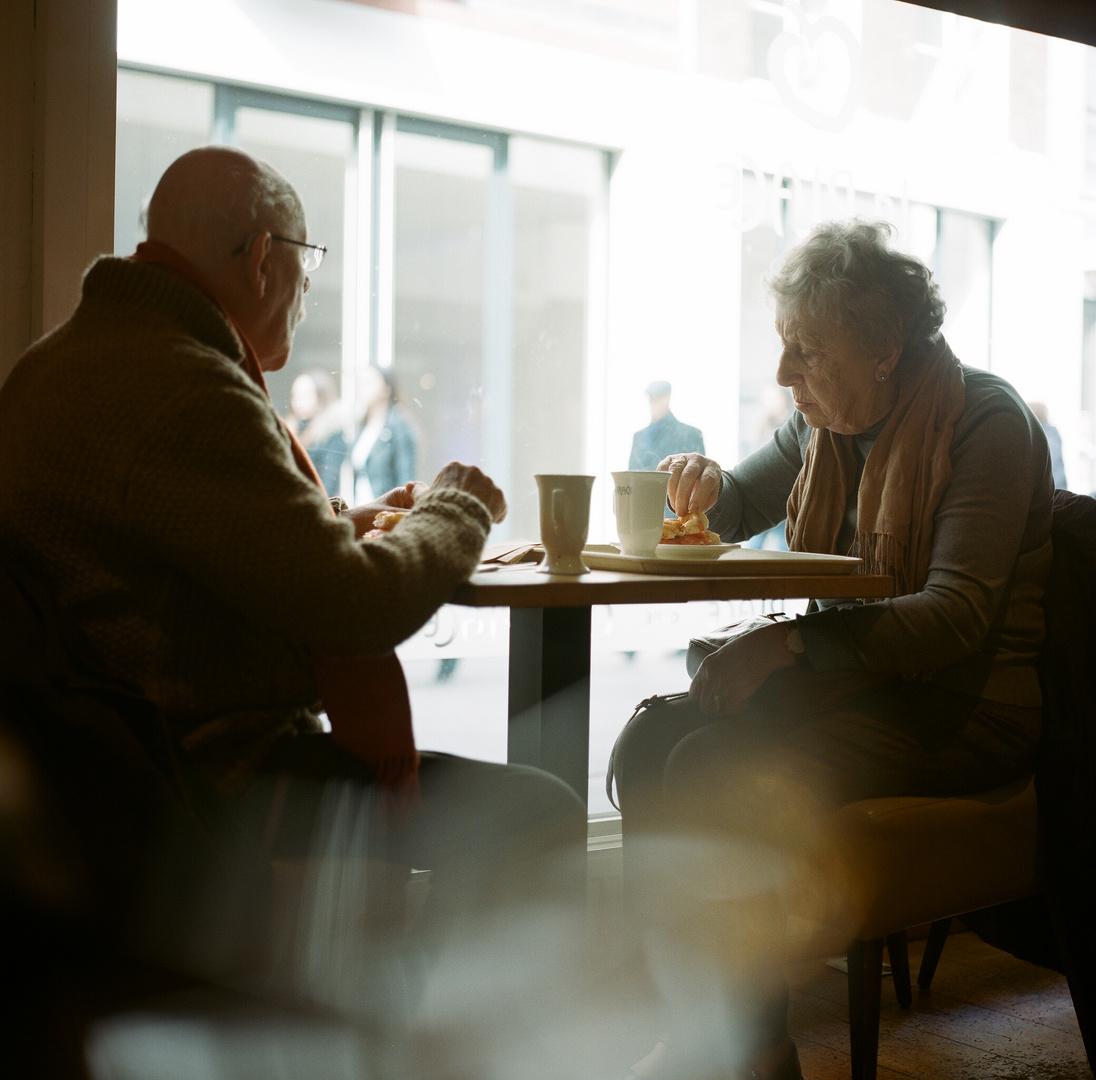 Alte Menschen nach dem Kaufrausch