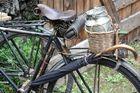 Alte Milchkanne auf altem Rad